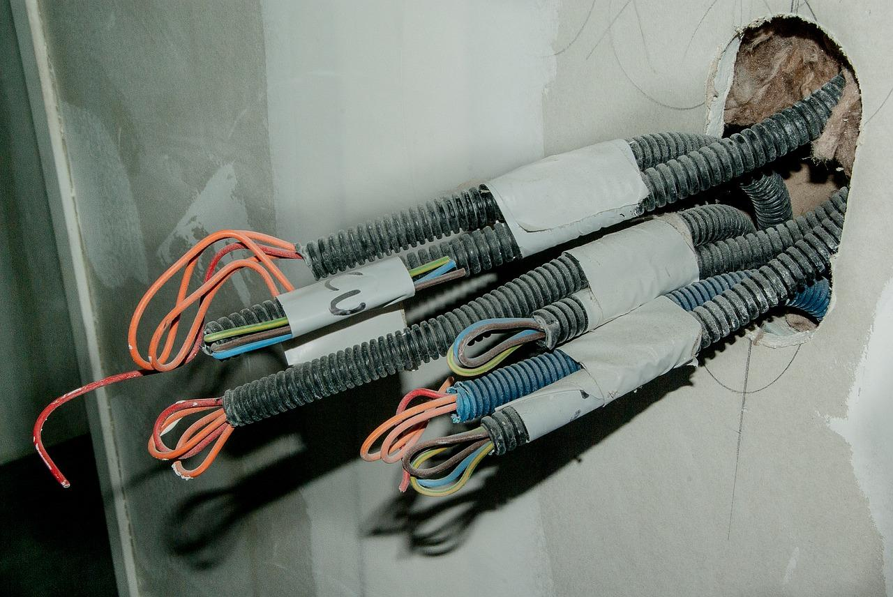 Jak dobrze zamontować kable w mieszkaniu?