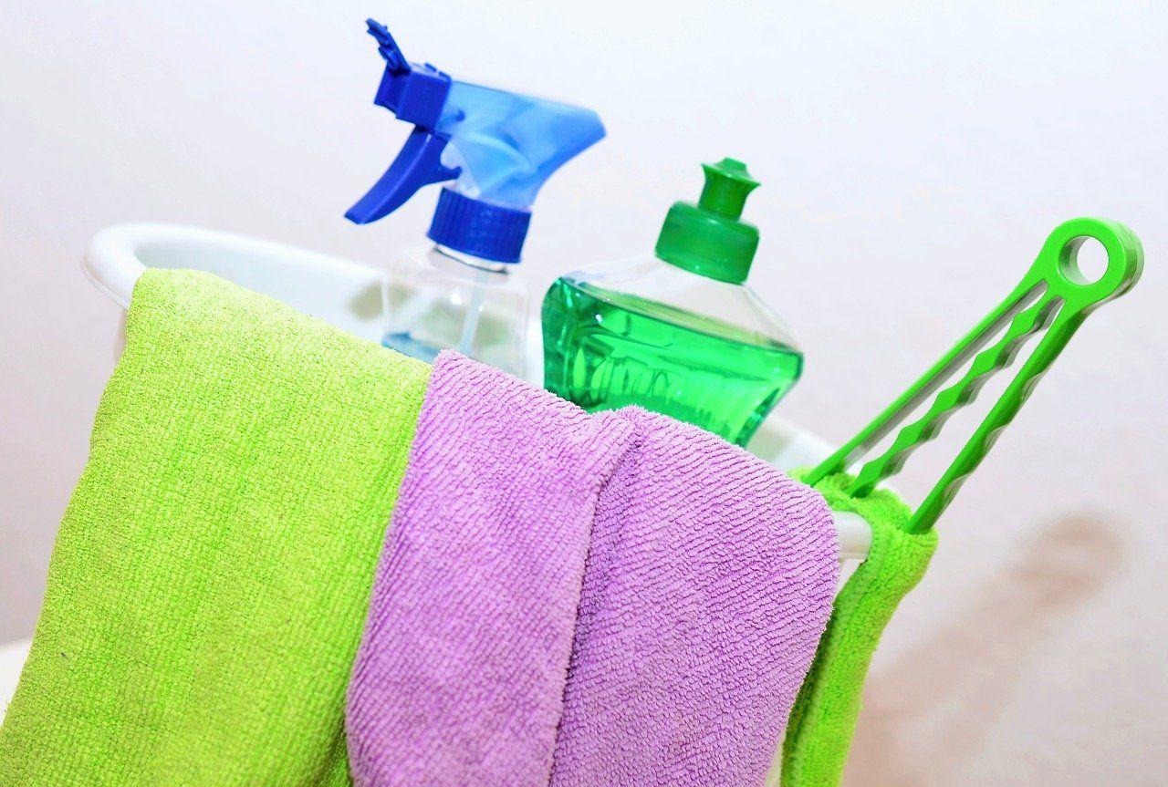W jakie środki czystości warto się zaopatrzyć do czyszczenia mieszkania?