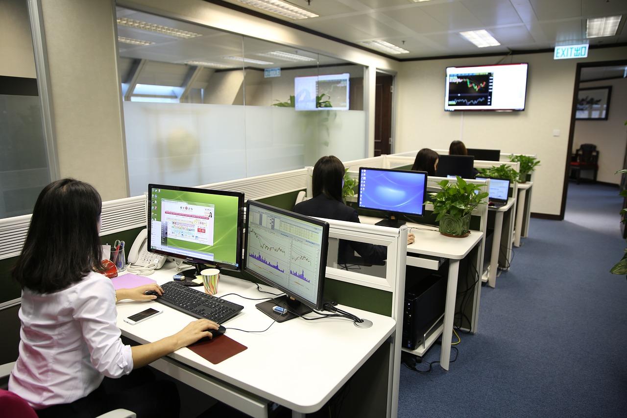 Praca biurowa - w jakie podstawowe programy i narzędzia wyposażyć komputery pracowników