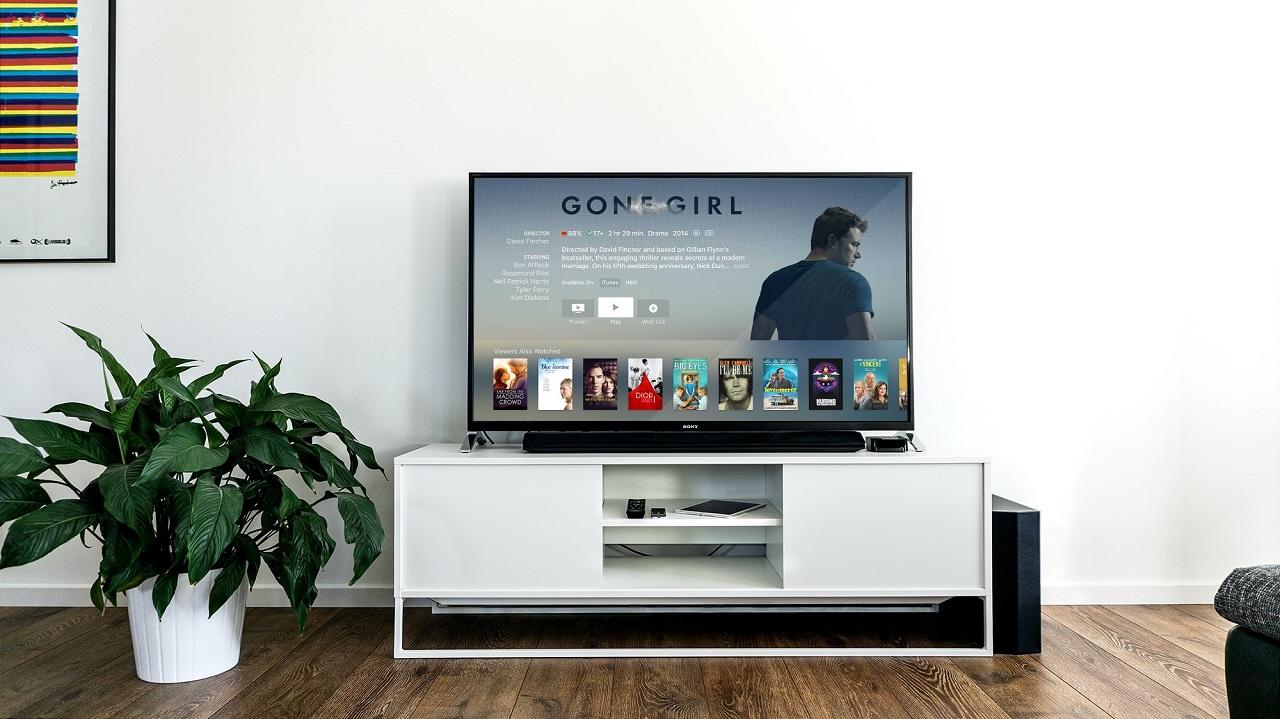 Za pomocą jakich urządzeń i akcesoriów można w domu podłączyć się do telewizji satelitarnej?