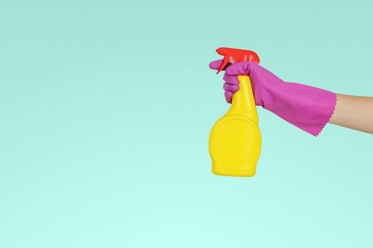 Jak czyścić kabinę prysznicową? Skuteczne sposoby na kamień i osad